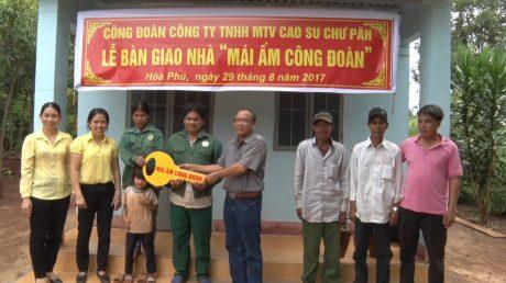 Trao nhà mái ấm công đoàn cho công nhân Cao su Chư Pawh.