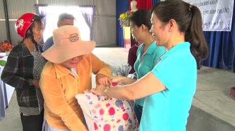 Bà Lê Thị Xuyến - Phó TGĐ Công ty CP chế biến gỗ Thuận An, khối trưởng trao quà cho các hộ nghèo