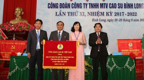 Chủ tịch Công đoàn CSVN Phan Mạnh Hùng tặng cờ thi đua cho Công đoàn Công ty