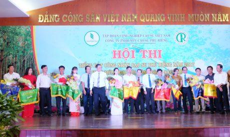 Đại diện lãnh đạo công ty và  BTC cuộc thi trao các giải nhất, nhì ba và KK toàn đoàn cho các đơn vị