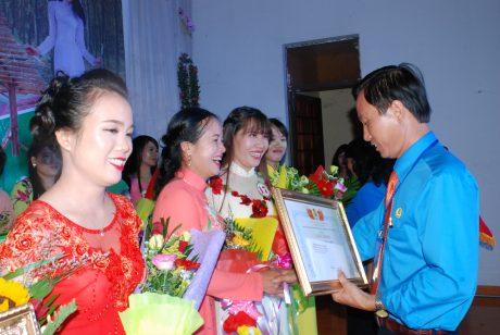 Niềm vui của các cán bộ nữ công khi được Chủ tịch Trần Văn tiến trao thưởng