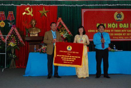 CT CĐ CSVN Phan Mạnh Hùng tặng cờ thi đua cho CĐ Cty