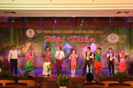 Tiết mục hát múa Campuchia – Việt Nam – Lào Sammakhi của Công ty Đồng Nai Karatie