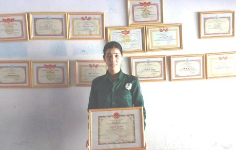 Phạm Thị Luyến với những danh hiệu khen thưởng mình nhận được.
