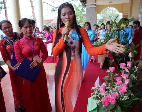 Chị Triệu Thị Thủy đang thuyết trình tại Hội thi cán bộ nữ công xuất sắc năm 2017 do Công đoàn Cao su Đồng Phú tổ chức