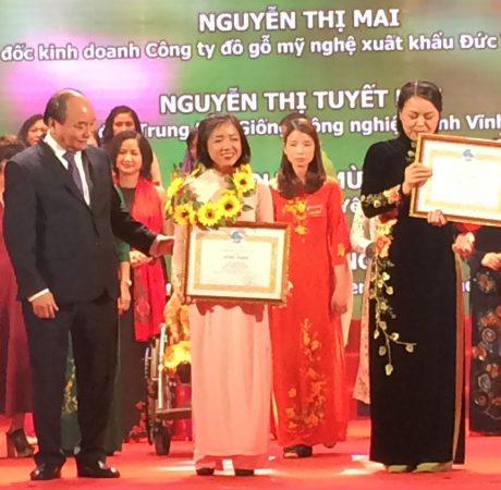 Thủ tướng Chính phủ Nguyễn Xuân Phúc trao thưởng cho Lê Nguyễn Vân Hà tại Lễ vinh danh 100 phụ nữ tiêu biểu toàn quốc năm 2017.