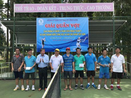Ông Trần Hoàng Long, Phó bí thư Thường trực đảng ủy công ty (thứ ba từ trái qua) trao giải môn quần vợt (nội dung đôi nam).