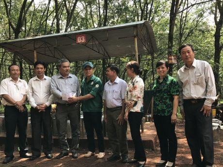 Ông Trương Ngọc Luân, Phó tổng giám đốc công (thứ ba từ trái qua) trao thưởng cho đại diện tập thể Tổ 4, Nông trường Lợi Hưng.