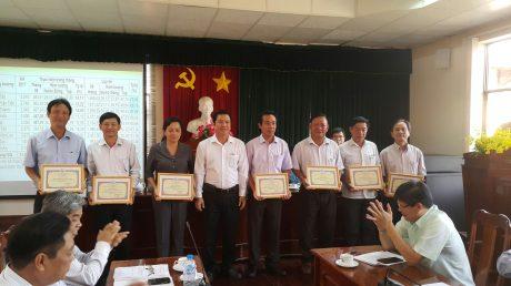 Ông Lê Thanh Hưng –Tổng Giám đốc công ty trao thưởng cho các đơn vị