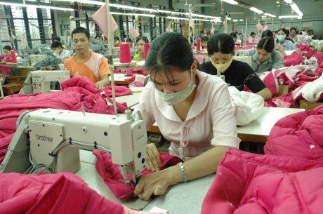 Công nhân tại các khu công nghiệp làm việc với áp lực cao.