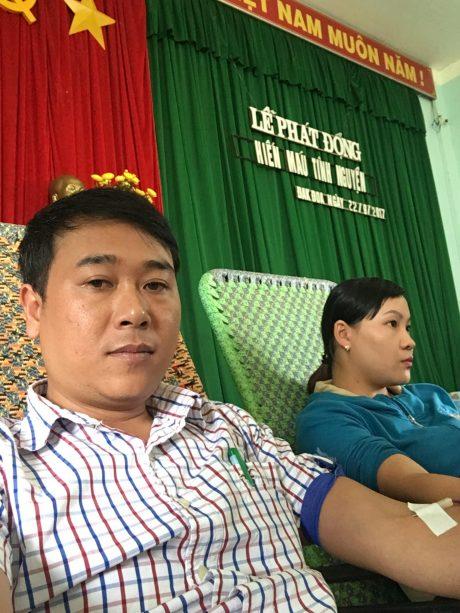 Phó bí thư đoàn thanh niên công ty Nguyễn Đường tham gia hiến máu cùng ĐVTN