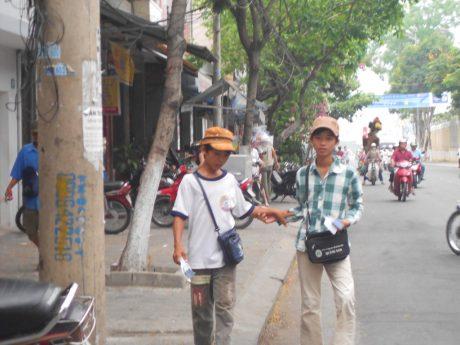Trẻ em bán vé số trên đường phố