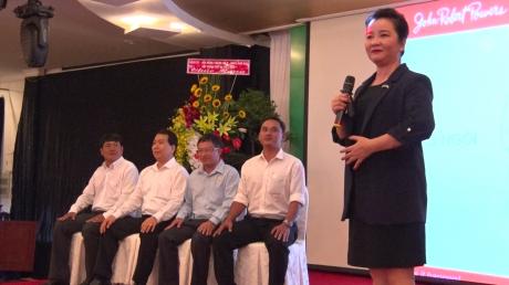 Diễn giả Võ Thị Xuân Trang điều chỉnh cách ngồi cho các học viên