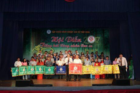 Ông Hứa Ngọc Hiệp - Phó TGĐ VRG, Trưởng BTC Hội diễn trao giải nhất chương trình cho Công ty CP Công nghiệp & Xuất nhập khẩu cao su