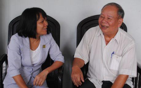 Ông Đỗ Minh Châu trò chuyện cùng bà Nguyễn Thị Phi Nga – Chủ tịch CĐ Cao su Phước Hòa về hoạt động CĐ