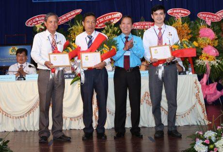 Anh Nguyễn Văn Trường (thứ 2 từ trái sang) nhận Bằng khen lao động sáng tạo của Tổng LĐLĐ VN