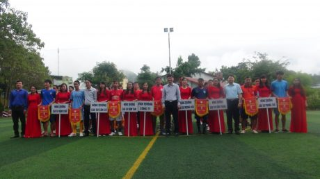 Lãnh đạo công ty trao cờ lưu niệm cho các đơn vị tham gia.