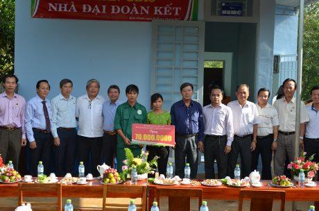 Khối thi đua miền Đông nam bcho anh ộ trao tiền hỗ trợ cho anh Nguyễn Xuân Phúc