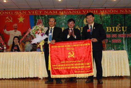 Đảng úy công ty tặng bức trướng cho BCH công đoàn