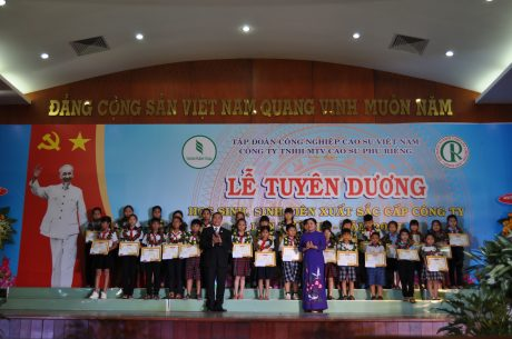 Ông Lê Thanh Tú, TGĐ Cao su Phú Riềng và bà Trần Tuệ Hiền, Phó Bí thư thường trực Tỉnh ủy, Chủ tịch HĐND tỉnh Bình Phước trao tặng giấy khen và tiền thưởng cho các em HSSV xuất sắc tại buổi lễ