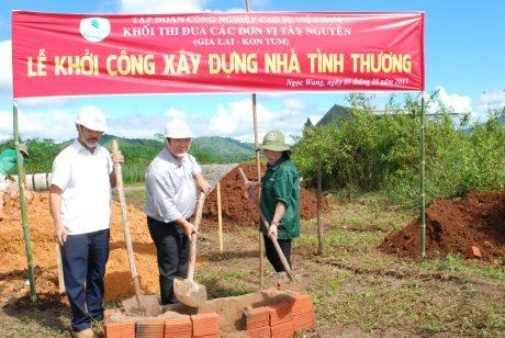 Chị Hà Thị Nam cùng lãnh đạo Công ty Kon Tum động thổ xây dựng căn nhà tình thương