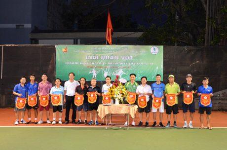 Trao cờ lưu niệm giao lưu quần vợt chào mừng kỷ niệm ngày Doanh nhân Việt Nam 13/10 cho các Vận động viên