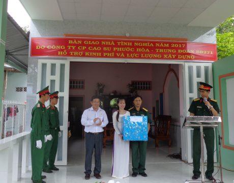 Ông Huỳnh Kim Nhựt – Phó TGĐ Công ty CPCS Phước Hòa trao quà  cho gia đình.