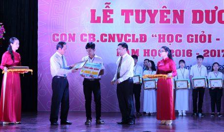 TGĐ VRG Trần Ngọc Thuận và ông Nguyễn Văn Cường – Phó Vụ trưởng Vụ tổng hợp, Văn phòng TW Đảng trao học bổng cho các em