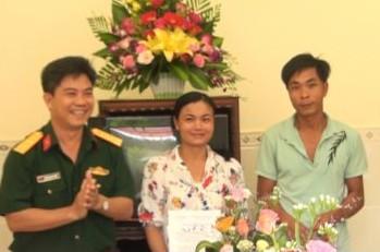 Thượng tá Nguyễn Mạnh Cường, Bí thư đảng ủy, phó giám đốc Công ty 74 trao quyết định Tặng nhà cho gia đình chị Lê Thị Nguyệt