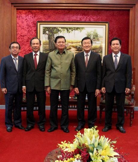 Nguyên Chủ tịch nước Trương Tấn Sang (thứ 2 từ phải sang) cùng TGĐ VRG Trần Ngọc Thuận (thứ 2 từ trái sang) và đại diện các đơn vị đầu tư trồng cao su tại Lào tại buổi làm việc với Thủ tướng nước CHDCND Lào.