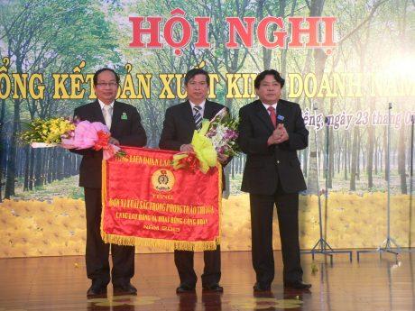 Ông Phan Mạnh Hùng – Chủ tịch CĐ CSVN trao cờ thi đua xuất sắc cho Công đoàn công ty. Ảnh: Nguyễn Cường