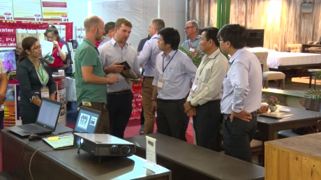 Bộ phận makerting tiếp xúc khách hàng nước ngoài tại hội chợ triển lãm ngành gỗ.