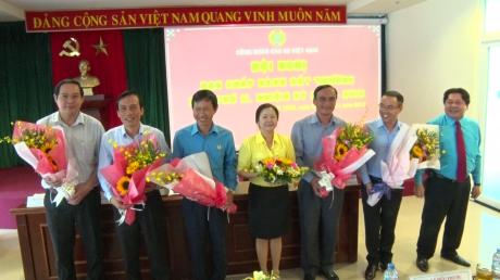 Chủ tịch Công đoàn Cao su VN tặng hoa chúc mừng 4 đồng chí vào Ban Chấp hành và 2 đồng chí vào Ban Thường vụ khóa VII nhiệm kỳ 2013-2018