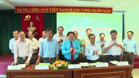 Ông Phan Mạnh Hùng - Chủ tịch Công đoàn Cao su VN ký kết ghi nhớ với 4 doanh nghiệp