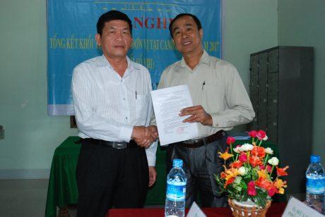 TGĐ Công ty CP Cao su Tây Ninh Lê Văn Chành trao quyết định bổ nhiệm TGĐ cho ông Nguyễn Đức Huệ