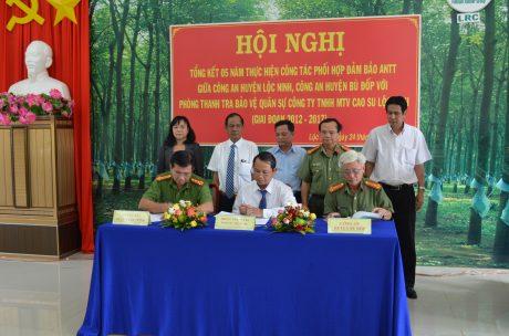 Đại diện Lãnh đạo CA huyện Lộc Ninh, Bù Đốp và phòng TTBV-QS Công ty tiến hành ký kết phối hợp hoạt động giai đoạn 2017 – 2022.
