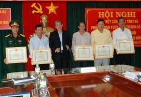 Khen thưởng cho các tập thể tại hội nghị.