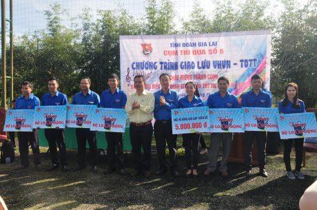 Trao tặng 8 bộ loa di động cho 8 cơ sở đoàn của Công ty Chư Păh