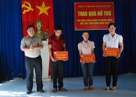 Ông Lâm Xuân Lịch trao quà cho công nhân có hoàn cảnh khó khăn