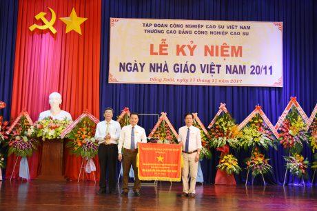 Ông Nguyễn Tiến Đức, Phó TGĐ VRG thừa ủy quyền tặng cờ thi đua  của Chính phủ cho đại diện lãnh Trường CĐ CNCS