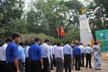 Phút mặc  niệm trước tượng đài Phú Riềng Đỏ. Ảnh: Tùng Châu
