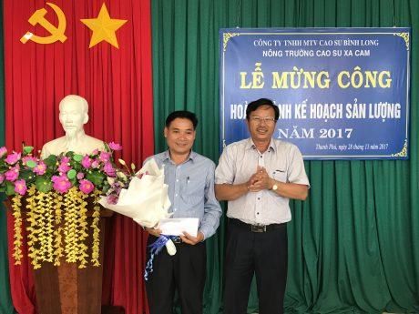 Ông Lê Văn Vui - Bí thư Đảng ủy, TGĐ công ty trao thưởng cho nông trường.