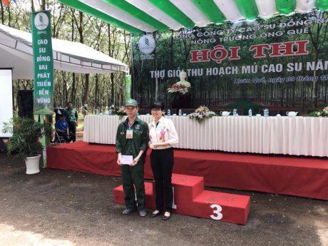 Chị Nguyễn Thị Thanh Thúy – Bí thư ĐTN TCT CS Đồng Nai trao thưởng cho thí sinh là ĐVTN đạt giải cao tại Hội thi Thợ giỏi thu hoạch mủ cao su năm 2017 NT Ông Quế