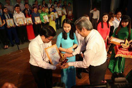 Ông Hứa Ngọc Hiệp - Phó TGĐ VRG, Trưởng ban tổ chức Hội diễn trao giải cho các diễn viên. Ảnh: Tùng Châu