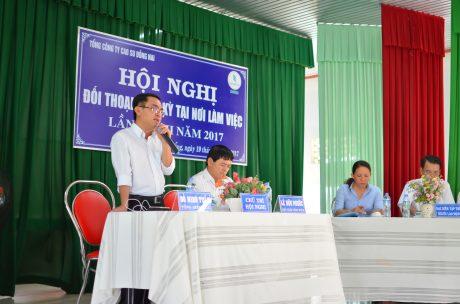 Ông Đỗ Minh Tuấn – TGĐ TCT Cao su Đồng Nai (đứng) đối thoại với người lao động tại hội nghị đối thoại định kỳ. Ảnh: Đào Phong