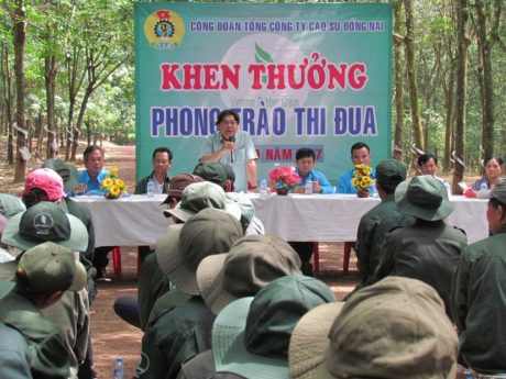 Ông Phan Mạnh Hùng –Chủ tịch CĐ CSVN phát biểu động viên CNLĐ tại  lô 235 tổ 3, Đội 1 NT Túc Trưng