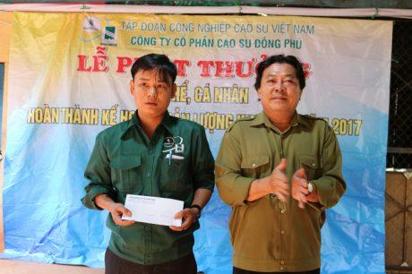 Chủ tịch Công đoàn Cao su VN Phan Mạnh Hùng trao thưởng cho Tổ 2 – Liên tổ I (NT CS Thuận Phú) 5 triệu đồng