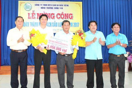 Ông Phan Mạnh Hùng –  Chủ tịch Công đoàn Cao su Việt Nam (thứ hải từ phải sang) và lãnh đạo Công ty TNHH MTV Cao su Dầu Tiếng trao thưởng cho lãnh đạo NTCS Minh Tân