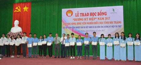 Đại diện VRG và gia đình ông Dương Kỳ Hiệp trao học bổng cho các em sinh viên tại buổi lễ