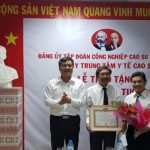 Trao huy hiệu 30 năm tuổi Đảng cho bác sĩ Nguyễn Quang Minh